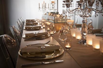 Mesa decorada con candelabros y candelas