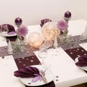 Mesa de Navidad con estrellas, velas y flores
