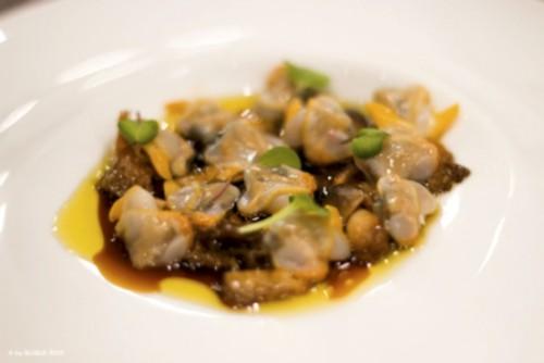 Plato cocinado con berberechos de Boreas y fotografía de Quique Rico