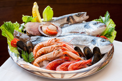 Cesta de pescado, molusco y marisco fresco