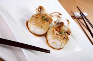 Receta de sepia con salsa en plato japonés con palillos